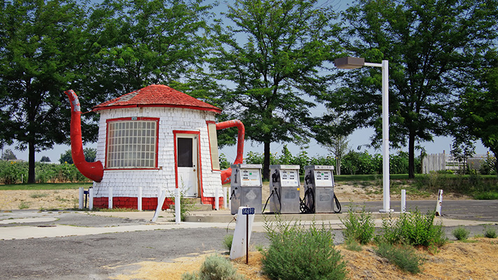 Popular gas stations worth seeing Teapot dome service station