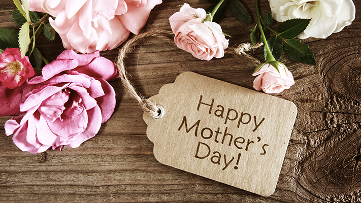mothers-day-card-with-attractive-roses-on-wooden-board
