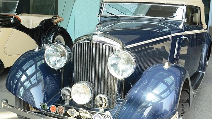 vintage bentley classic cars on mumbai roads